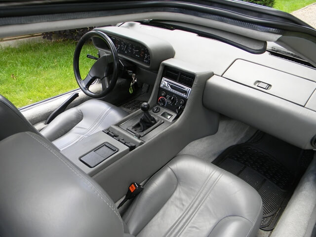 Delorean DMC-12 interior